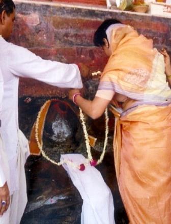 Abha doing pujan at Shreeji Mukharwind at Gowardhan. Shreeji Gives His Mukhar Darshans at this moment. Please look closely at this picture